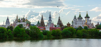 Piękny Kremlin Izmailovo odbija w wodzie, Moskwa Obraz Royalty Free