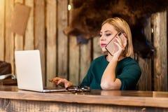 Pi?kny m?dry biznesowej kobiety obsiadanie przy sto?em przy stacj? robocz? z laptopem zdjęcie stock