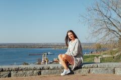 Pi?kny m?odej dziewczyny obsiadanie na Volga rzeki bulwarze obraz royalty free