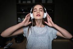 Piękny młody melomaniac Audio książkowy słuchanie fotografia stock