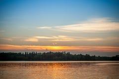 Piękny majestatyczny zmierzch na tle brzeg rzeki Obraz Royalty Free