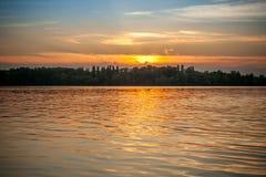 Piękny majestatyczny zmierzch na tle brzeg rzeki Obrazy Stock
