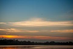 Piękny majestatyczny zmierzch na tle brzeg rzeki Zdjęcie Royalty Free