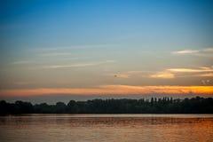 Piękny majestatyczny zmierzch na tle brzeg rzeki Fotografia Stock