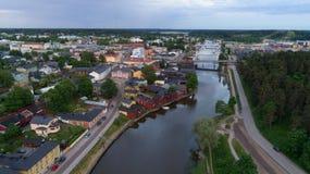 Pi?kny miasto krajobraz z idylliczn? rzek? i starymi budynkami przy lato wiecz?r w Porvoo, Finlandia fotografia stock