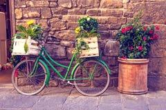 Pi?kny miasto krajobraz z zielonym rowerem blisko starego ?ciennego dowcipu obraz royalty free