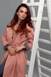 Piękny moda model Jest ubranym Modnych ubrania W studiu Zdjęcia Stock