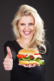 Piękny model z hamburgerem Obraz Royalty Free