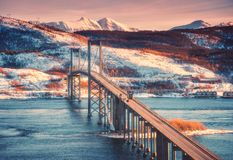 Piękny most przy zmierzchem w Lofoten wyspach, Norwegia zdjęcie stock