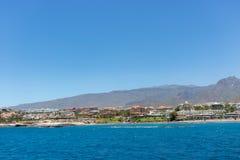 Pi?kny nabrze?ny widok El Duque pla?a w Costa Adeje, Tenerife, wyspy kanaryjska, Hiszpania zdjęcie stock