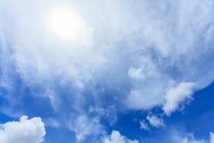 Piękny niebieskie niebo z Coluds Zdjęcie Royalty Free