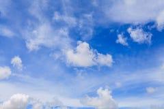 Piękny niebieskie niebo z Coluds Zdjęcie Stock