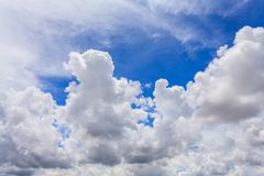 Piękny niebieskie niebo z Coluds Obrazy Stock