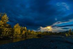 Pi?kny panoramiczny widok na jeziorze i lesie przy noc? zdjęcie stock