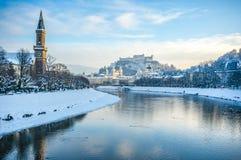 Piękny panoramiczny widok Salzburg linia horyzontu z Festung Hohensalzburg Salzach w zimie i rzeka, Salzburger ziemia, Austria Obrazy Stock