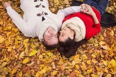 Piękny pary lying on the beach na ziemi Zdjęcie Royalty Free