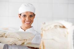 Piękny piekarz Z chlebów plasterkami W piekarni Obraz Royalty Free