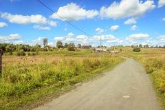 Piękny pole w jaskrawym letnim dniu Fotografia Royalty Free