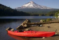 Pojedynczy Czerwony kajak na brzeg Trillium góry Jeziornym kapiszonie Oregon Zdjęcia Stock