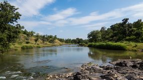Piękny rzeka krajobraz z niebieskim niebem przy lasem blisko Indore, India Fotografia Stock