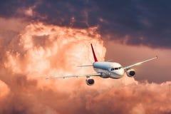 Piękny samolot lata w kolorowych chmurach Zdjęcie Stock