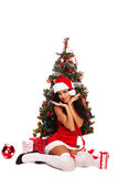 Piękny Santa pomagier obok choinki - Fotografia Royalty Free