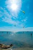 Piękny seascape z serfingisiami Fotografia Royalty Free