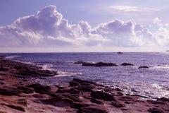 Piękny Seashore w purpury brzmieniu Zdjęcia Royalty Free