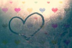 Piękny serce znak na ranku okno Zdjęcie Stock