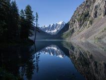 Piękny Shavlinsky jezioro w ranku Fotografia Royalty Free