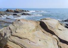 Piękny skalisty denny brzeg Zdjęcie Stock