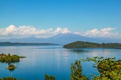 Piękny spokojny jeziorny pobliski wulkan Fotografia Royalty Free