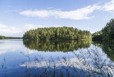 Piękny spokojny stawu krajobraz od Finlandia Zdjęcia Royalty Free