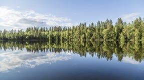Piękny spokojny stawu krajobraz od Finlandia Obrazy Royalty Free