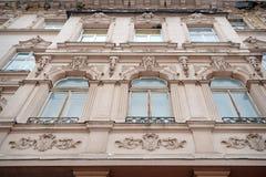 Piękny stary dwór z sztukateryjnym formierstwo balkonem Obrazy Stock