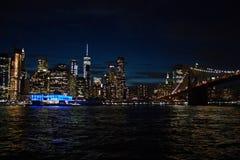 Pi?kny strza? Manhattan i most przy noc? fotografia stock