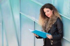 Pi?kny studencki czytanie broszura obraz stock