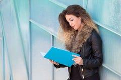 Pi?kny studencki czytanie broszura fotografia stock