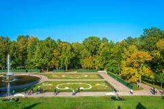 Piękny teren Niski park Peterhof w jesieni Pogodnej Zdjęcia Stock