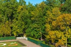 Piękny teren Niski park Peterhof w jesieni Pogodnej Zdjęcia Royalty Free