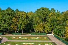Piękny teren Niski park Peterhof w jesieni Pogodnej Fotografia Stock