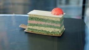 Piękny tort na czarnym okno Obraz Stock