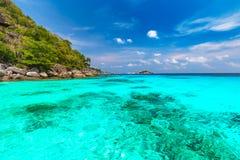 Pi?kny tropikalny piaskowatej pla?y i bujny zielony ulistnienie na tropikalnej wyspie, Similan wyspy Tajlandia obraz stock