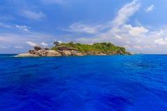 Pi?kny tropikalny piaskowatej pla?y i bujny zielony ulistnienie na tropikalnej wyspie, Similan wyspy Tajlandia obrazy stock
