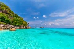 Pi?kny tropikalny piaskowatej pla?y i bujny zielony ulistnienie na tropikalnej wyspie, Similan wyspy Tajlandia fotografia royalty free