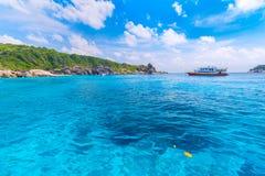 Pi?kny tropikalny piaskowatej pla?y i bujny zielony ulistnienie na tropikalnej wyspie, Similan wyspy Tajlandia zdjęcia royalty free