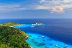 Pi?kny tropikalny piaskowatej pla?y i bujny zielony ulistnienie na tropikalnej wyspie, Similan wyspy Tajlandia zdjęcie stock