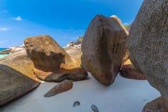 Pi?kny tropikalny piaskowatej pla?y i bujny zielony ulistnienie na tropikalnej wyspie, Similan wyspy Tajlandia zdjęcia stock
