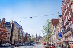 Piękny uliczny widok Tradycyjni starzy budynki w Amsterdam, Zdjęcia Stock
