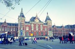 Piękny uliczny widok Tradycyjni starzy budynki w Amsterdam, Obrazy Stock
